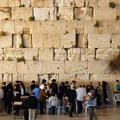Siratófalnál imádkozó zsidók