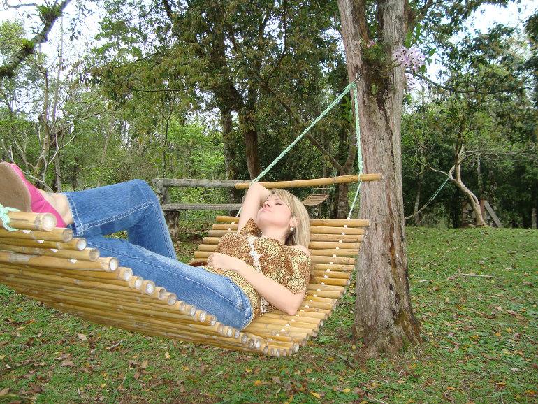 Függőágyban pihenő nő