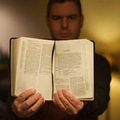 Bibliát mutató férfi