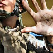 Katona, kezén a béke jelével