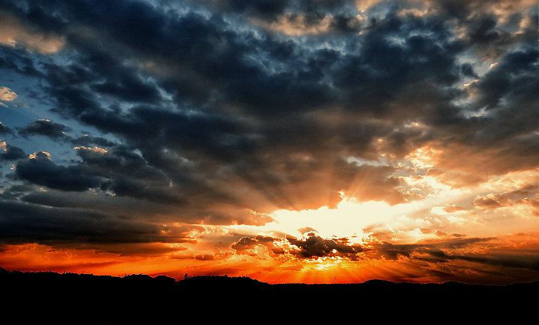Felhők mögül átsütő fény