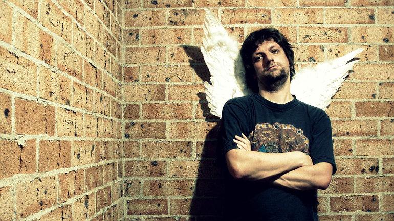 Egy férfi angyalszárnyakkal