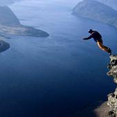 Egy ember egy magas szikláról ugrik le