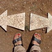 Két ellentétes irányba mutató nyíl