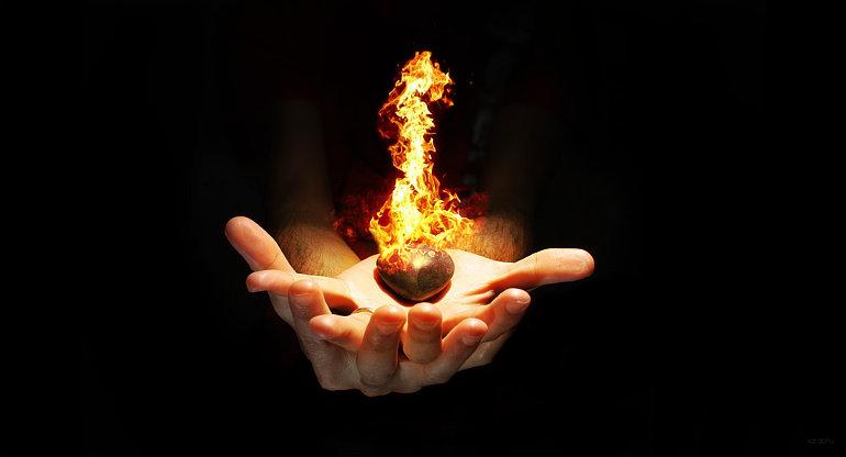 Egy kéz lángoló szivet tart