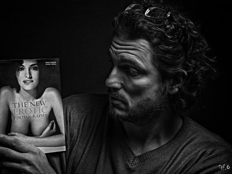 Férfi, kezében erotikus könyvvel