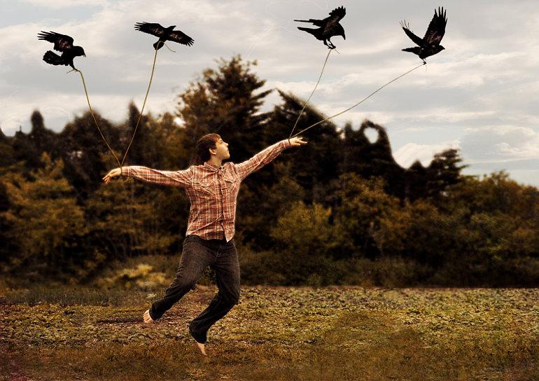 Egy férfit négy madár emel a magasba