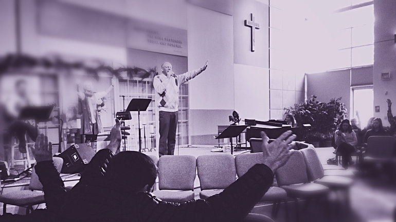 Feltett kézzel imádkozó férfi