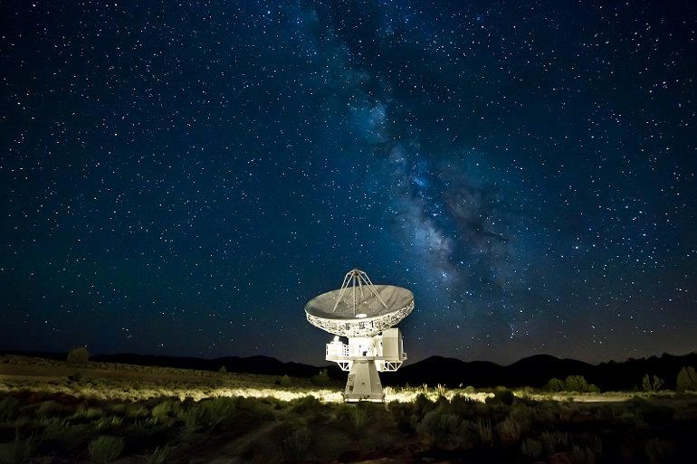 Rádióteleszkóp a csillagos égbolt alatt