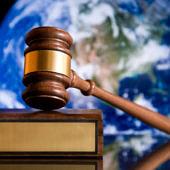 Bírói kalapács, háttérben a föld képe