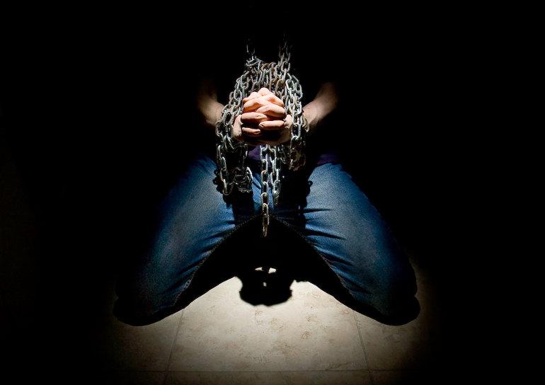 Láncra vert, imára kulcsolt kezek