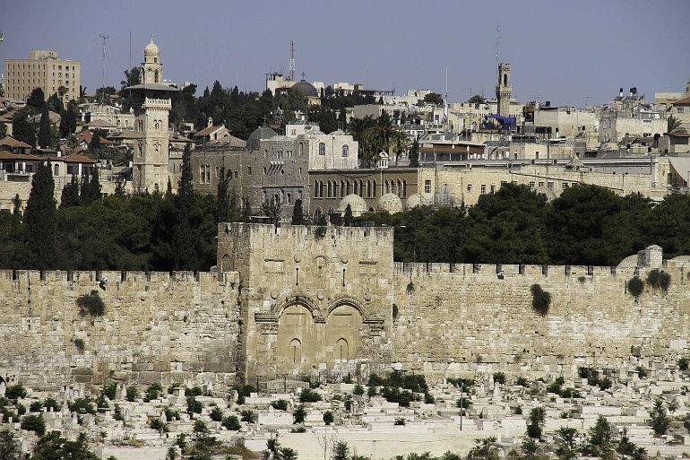 A jeruzsálemi Templomhegy a befalazott Aranykapuval
