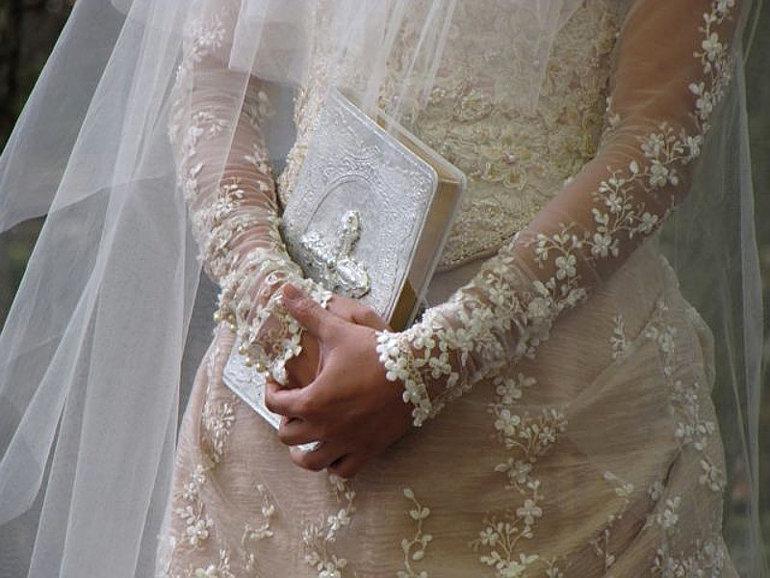 Menyasszony, kezében Bibliával