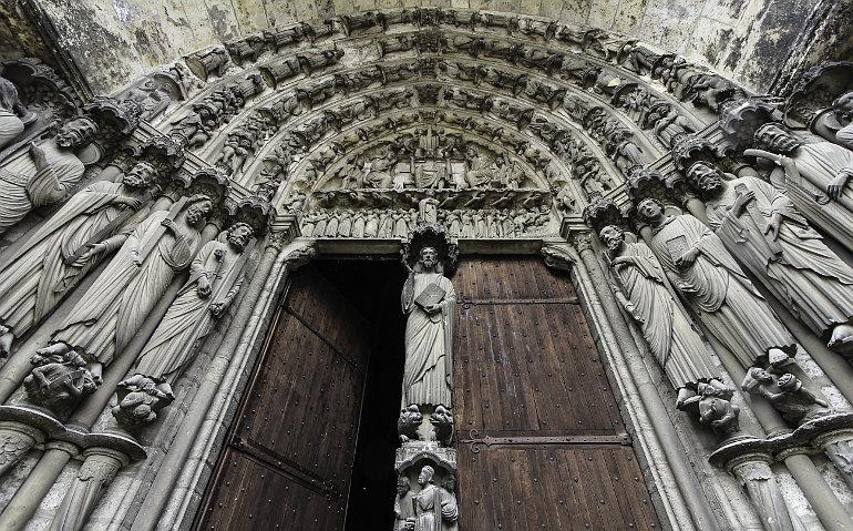 Szobrokkal díszített templombejárat