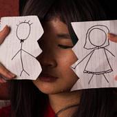 Fiú és lány rajza, középen eltépett papíron