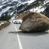 Egy hatalmas szikla az úttesten