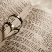 Biblia és jegygyűrű