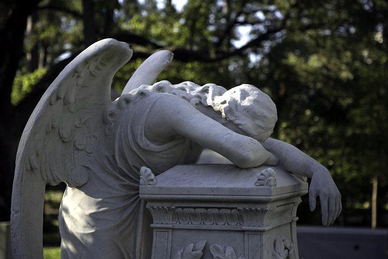 Sírkőre boruló angyalszobor