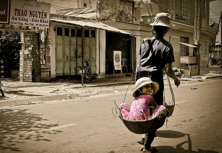 Anya viszi gyermekét