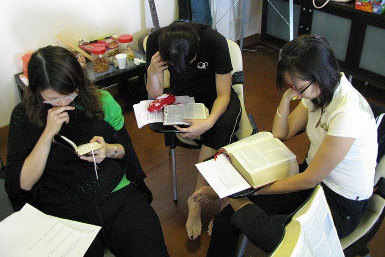 Bibliát tanulmányozó fiatalok