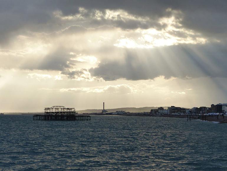 Napsugár a felhőkön keresztül